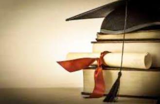 cappello laurea con libri