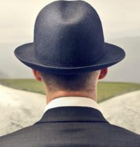 uomo con cappello girato di spalle