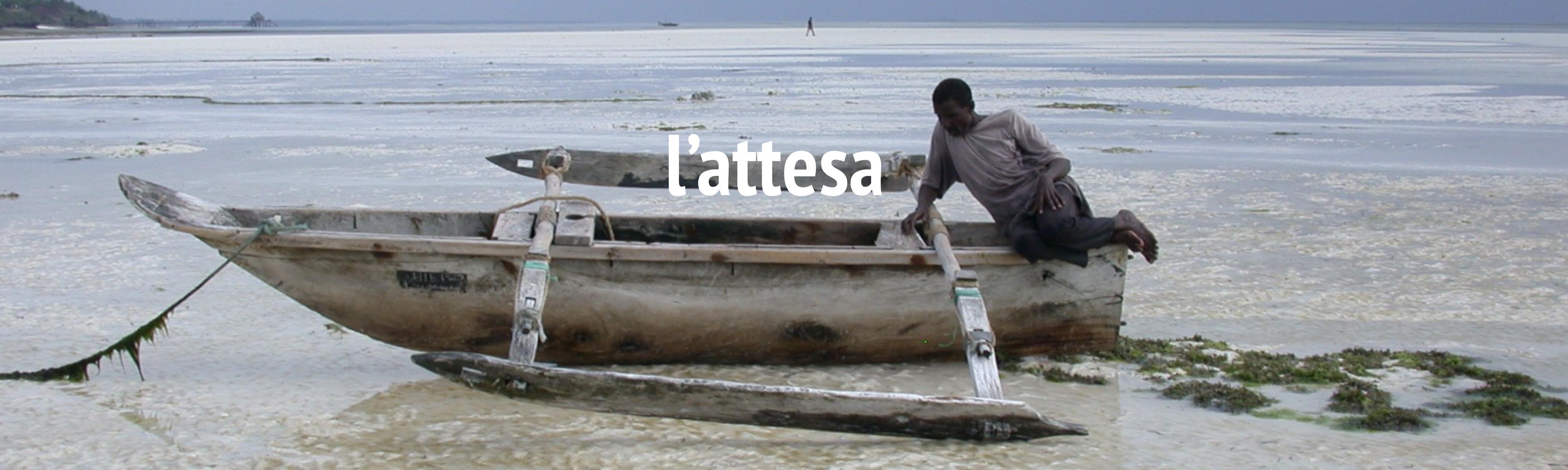 L'attesa - Uomo su una barca in riva all'oceano